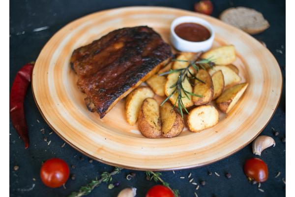Свиные ребра с картофельными дольками и соусом чили