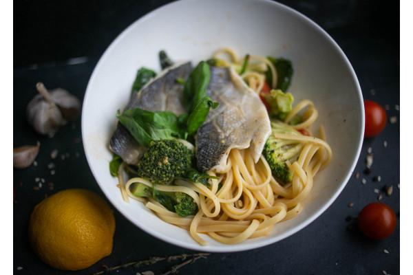 Лингвини с сибасом, брокколи и соусом из овощей